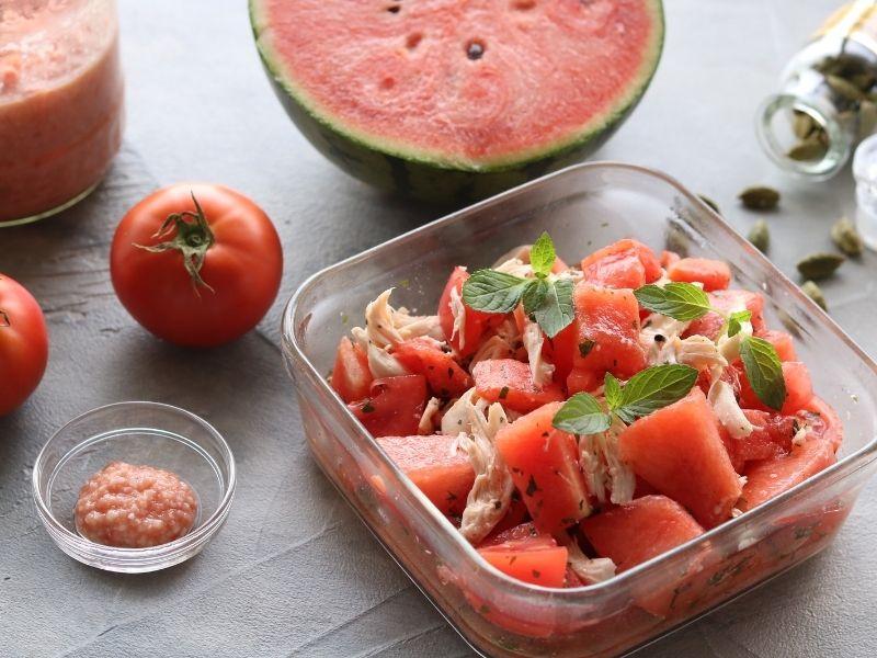 脱水症状を予防ケアする夏の季節薬膳スイカとトマトのチキンサラダ